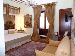 A bed or beds in a room at Hotel Boutique Nueve Leyendas