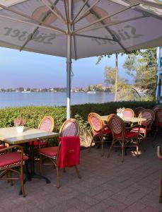 Ein Restaurant oder anderes Speiselokal in der Unterkunft Seehotel Weit Meer