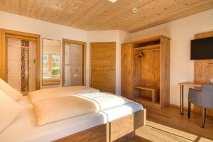 A bed or beds in a room at Landhotel Kirchenwirt