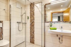A bathroom at Landhotel Kirchenwirt