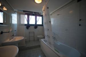 A bathroom at Alex E Angie