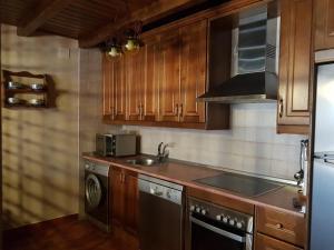 Una cocina o zona de cocina en Casa Rural El Castaño