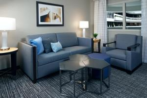 A seating area at Embassy Suites Los Angeles - International Airport/North