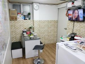 A kitchen or kitchenette at Rooming House Korea