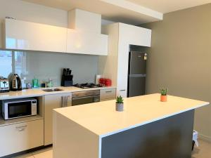 A kitchen or kitchenette at ReadySet Apartments on Spencer