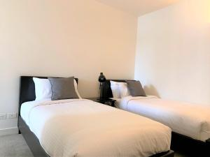 A bed or beds in a room at ReadySet Apartments on Spencer