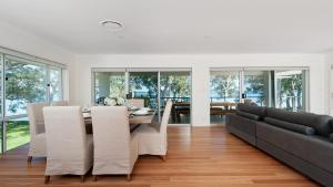 A seating area at Waterfront Serenity - Luxury home with Grand Views