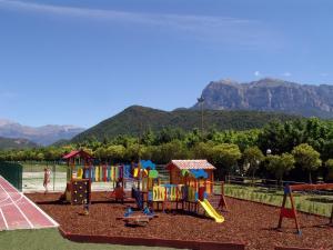 De kinderspeelruimte van Bungalows Peña Montañesa