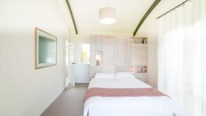 A bed or beds in a room at Red Hill Ridge - Stunning unique property set on a 157-acre farm