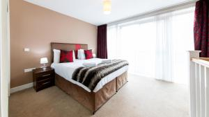 A bed or beds in a room at The Spires Birmingham