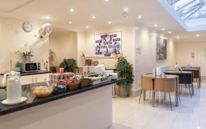Un restaurante o sitio para comer en Royal London Hotel By Saba