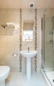 A bathroom at Royal London Hotel By Saba