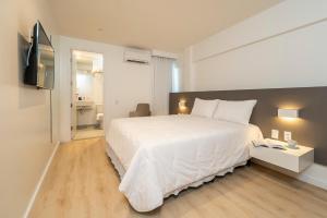 A bed or beds in a room at Hotel Praia Bonita Jangadeiros