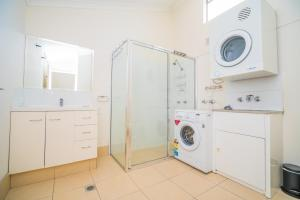A bathroom at Anacapri Holiday Resort Apartments