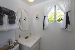 A bathroom at Seagull Inn Bed & Breakfast