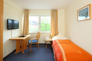 Ein Bett oder Betten in einem Zimmer der Unterkunft Hotel Am Segelhafen