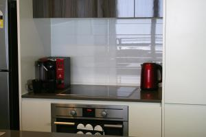 A kitchen or kitchenette at Modern Executive Apt@Barton*1BR*WiFi*Gym*Secure Parking*Canberra