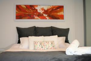 A bed or beds in a room at Modern Executive Apt@Barton*1BR*WiFi*Gym*Secure Parking*Canberra