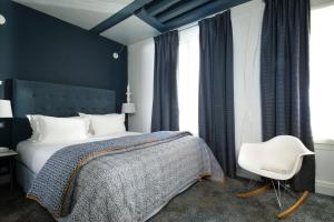 A bed or beds in a room at Hôtel Marais Hôme