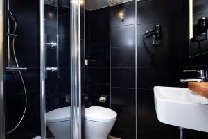 A bathroom at Hôtel Marais Hôme
