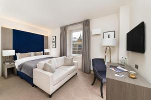 A television and/or entertainment centre at Dunalastair Hotel Suites