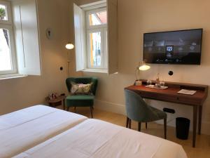 Uma televisão e/ou sistema de entretenimento em Montebelo Vista Alegre Ílhavo Hotel