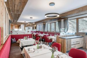 Ein Restaurant oder anderes Speiselokal in der Unterkunft Hotel Burgstein - alpin & lifestyle