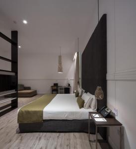 A bed or beds in a room at Esplendor by Wyndham Savoy Rosario