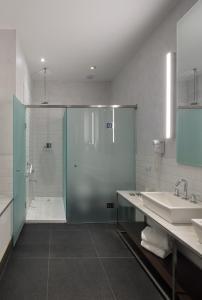 A bathroom at Esplendor by Wyndham Savoy Rosario