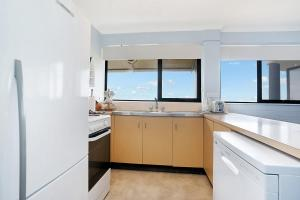 A kitchen or kitchenette at Newcastle Short Stay Apartments - Flagstaff Apartment