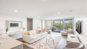 A seating area at Hamptons Coastline Retreat- Waterfront with a Heated Pool