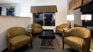 A seating area at SureStay Hotel by Best Western Blythe