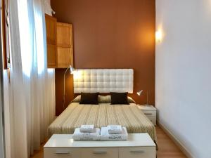 A bed or beds in a room at Apartamentos Edificio Palomar
