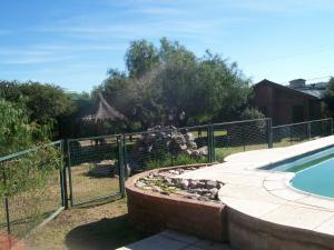 La pileta dentro o cerca de Cabañas El Aguaribay