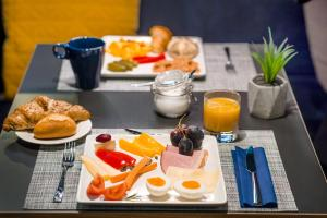 Breakfast options available to guests at D8 Hotel