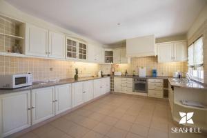 A kitchen or kitchenette at Villa Caravela