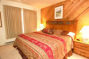 A bed or beds in a room at Snowcreek Resort