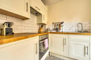 A kitchen or kitchenette at ALTIDO Amazing Location! - Lovely Rose St Apt in New Town