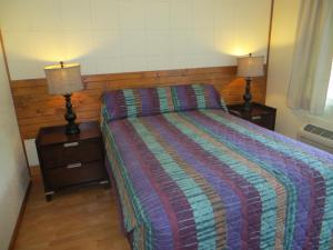 A bed or beds in a room at Cool Springs Inn