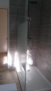 A bathroom at T3 rénové Luz Centre