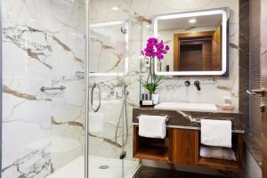 A bathroom at Artur Hotel
