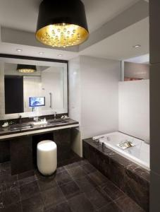 A bathroom at Hotel Beaux Arts, Autograph Collection
