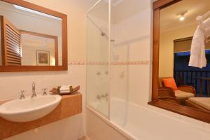 A bathroom at Seascape Holidays - Hibiscus