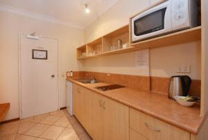 A kitchen or kitchenette at Seascape Holidays - Hibiscus