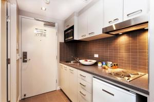 A kitchen or kitchenette at Quest Mascot