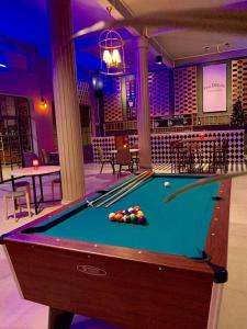 Mesa de billar en You Empire Hostel & Bar