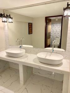 Un baño de You Empire Hostel & Bar