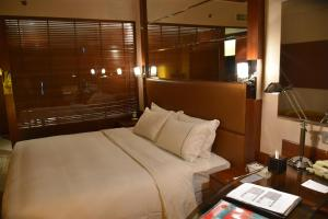 A bed or beds in a room at Guangzhou Dongyue Hotel