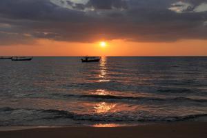 Päikesetõus või päikeseloojang kuurordi juurest või lähedalt vaadatuna