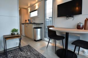 """A television and/or entertainment centre at Cozy floating boatlodge """"Maastricht""""."""